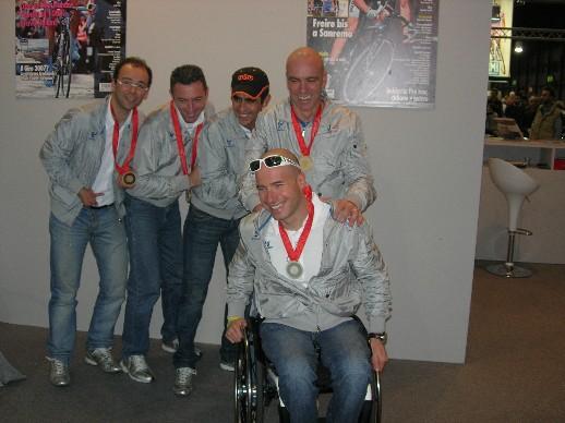 Vittorio Podestà ed altri medagliati alle olimpiadi di Pechino in visita allo stand