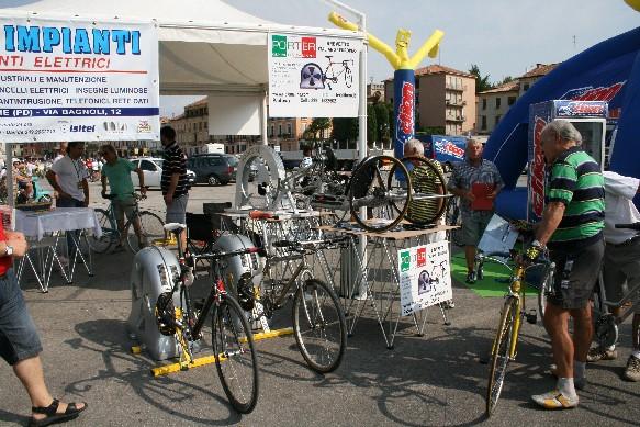 Lo stand della Porter, con esposto Ciclomulino accoppiato a bici e handbike